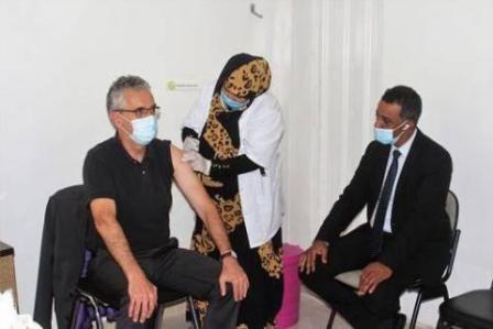 سفير فرنسا بنواكشوط يتلقى جرعة اللقاح الأولى في مستشفى الامومة و الطفولة